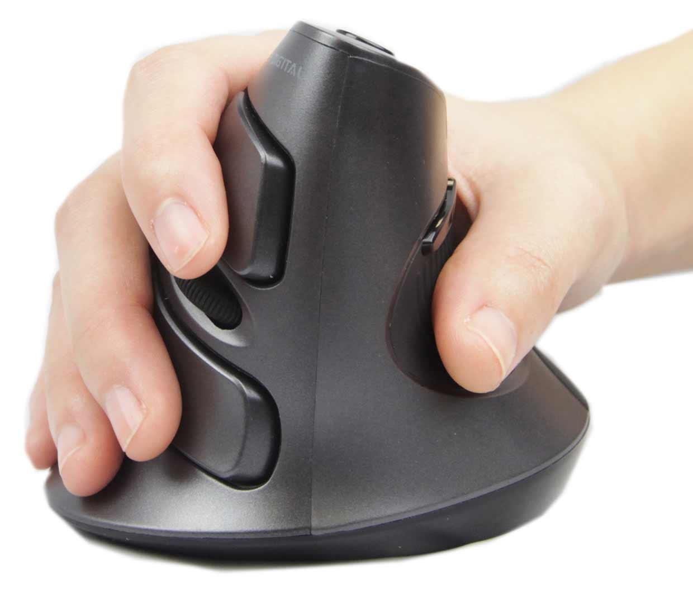 Рука на вертикальной мыши